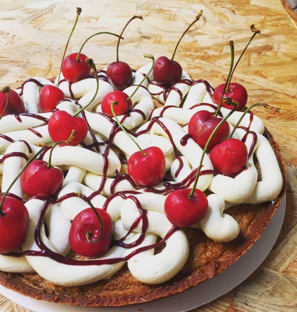 Tarta de almendra, pistacho y cerezas