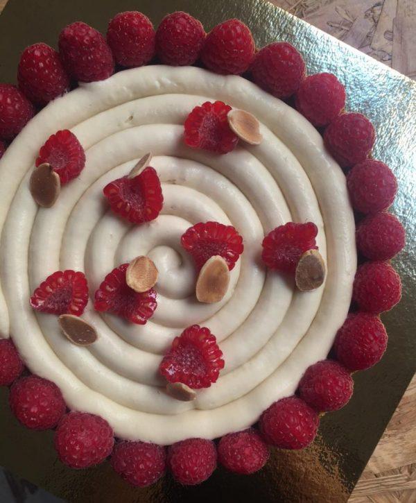 Tarta de almendras, frambuesa y chocolate blanco